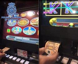 Tres detinguts per enganyar les màquines escurabutxaques modificant bitllets de 5 euros (POLICÍA NACIONAL)