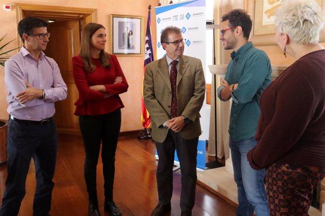 El rector, Llorenç Huguet, recibe a dos de los alumnos de la UIB premiados