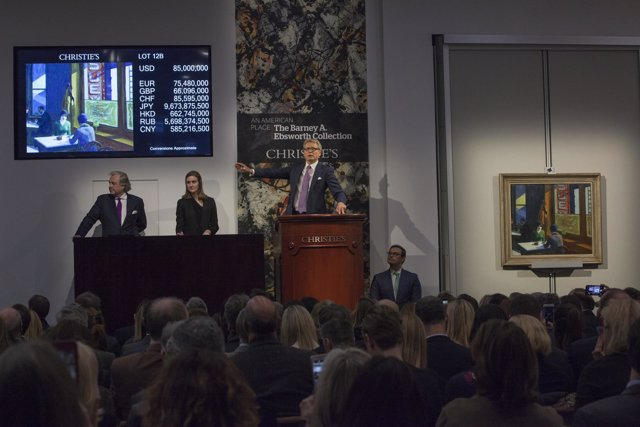 Imagen de la subasta de Christie's con el cuadro de Hockney al fondo
