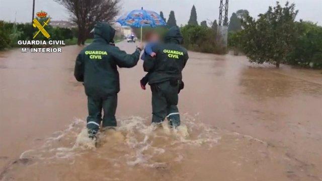 Intervención de los agentes ante la inundación