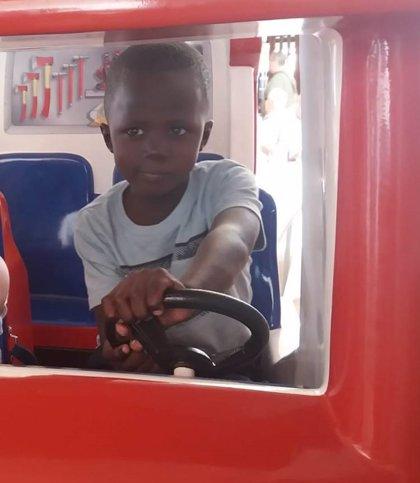 Sekou, de cinco años, regresa a Malí tras ser intervenido en Córdoba gracias al programa 'Viaje hacia la vida'
