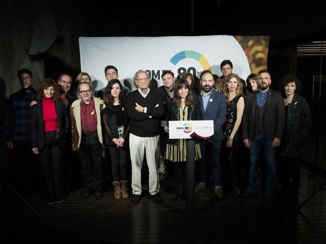 Directores y artistas leen el manifiesto Som el 80% de Òmnium