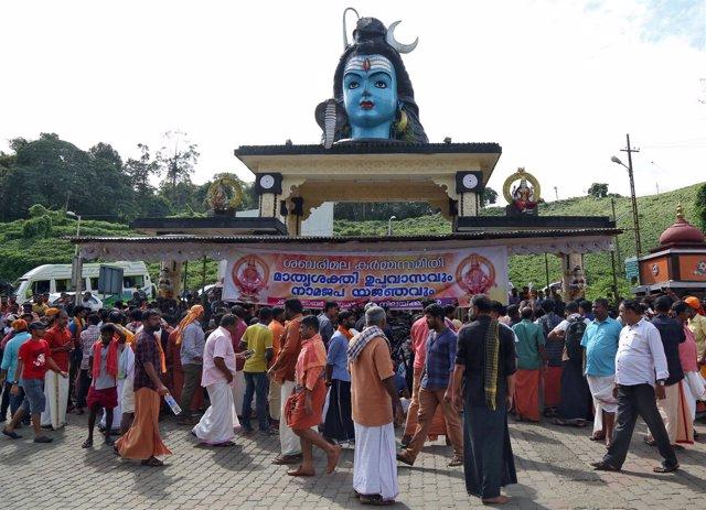 Hindúes durante una protesta frente al templo de Sabarimala