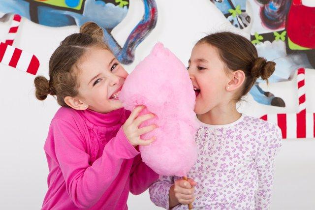 Algodón de azúcar, niñas felices, riendo, sonrisa, fiesta