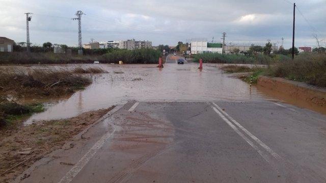 Carretera entre Vinalesa y Montcada cortada por el desbordamiento del Carraixet