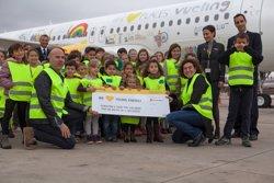 Vueling decora un Airbus amb ciutats europees dibuixades per nens (ACN)