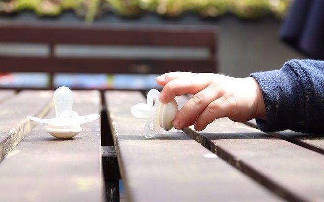 Chupar el chupete de tu bebé para limpiarlo tras caer al suelo puede beneficiar su salud