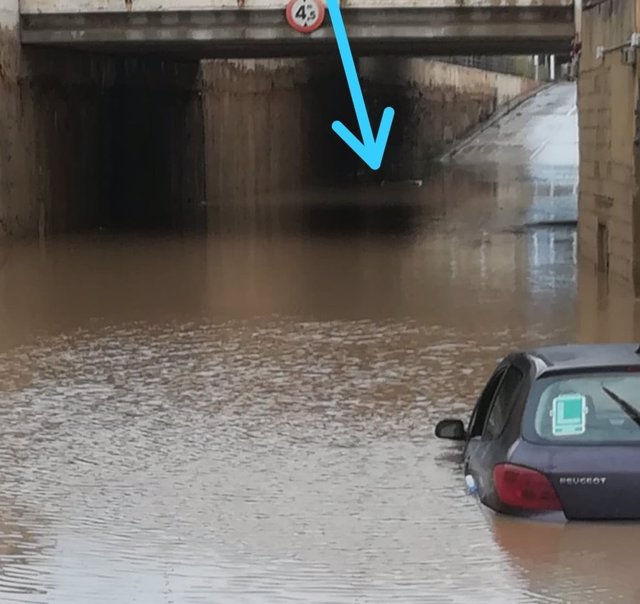 Un coche hundido en un túnel de Alboraia