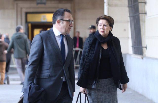La exministra Magdalena Álvarez y su abogado llegan al juicio de los ERE