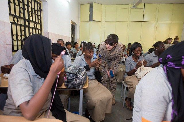 Militar con mujeres en Malí