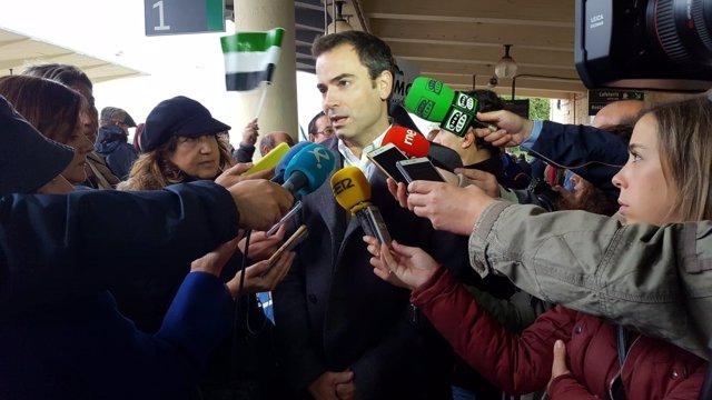 Antonio Ibarra, de Ciudadanos, en la manifestación por el tren en Cáceres