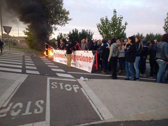 Los funcionarios de prisiones han quemado uniformes en la protesta