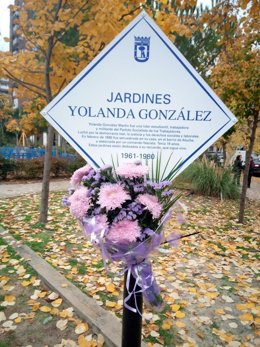 Placa en los Jardines Yolanda González