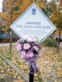 Una placa recuerda a Yolanda González en los jardines con su nombre 38 años después de su asesinato por la ultraderecha