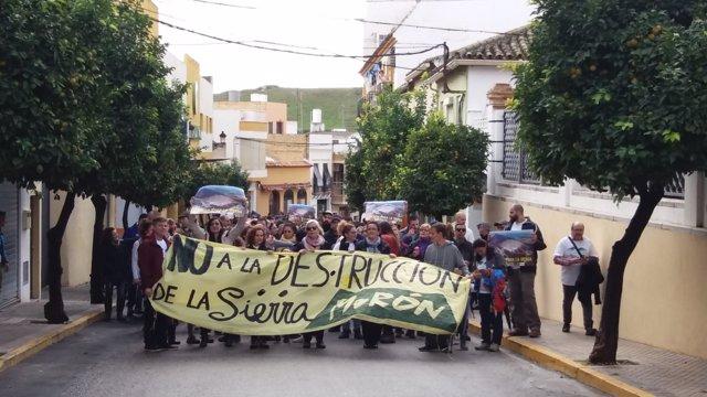 Manifestación en Morón contra la reapertura de dos canteras en la sierra