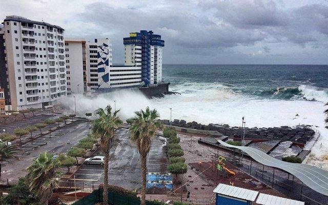 Las olas provocan importantes daños en Tenerife y obligan a desalojar parte de un edificio en Mesa del Mar