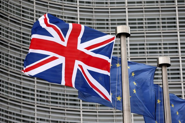 La bandera británica ondea junto a la de la UE en Bruselas