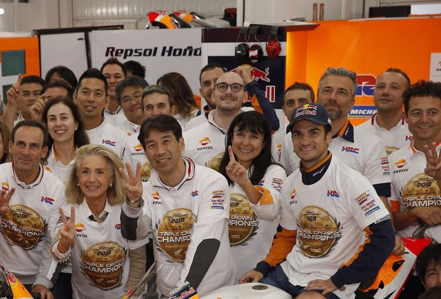 Dani Pedrosa, con los miembros del equipo Repsol Honda