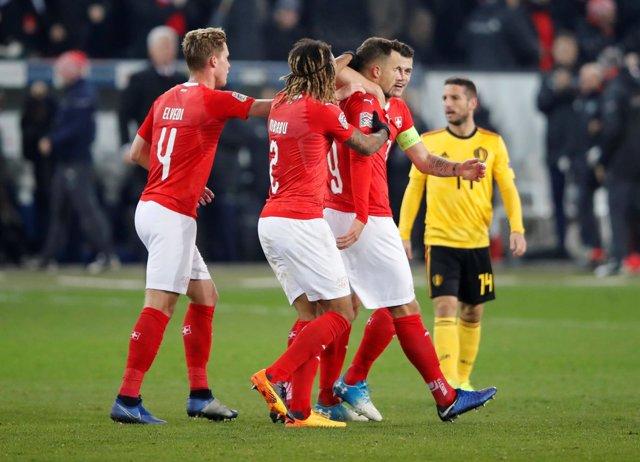 Varios futbolistas de la selección de Suiza celebran un gol ante Bélgica