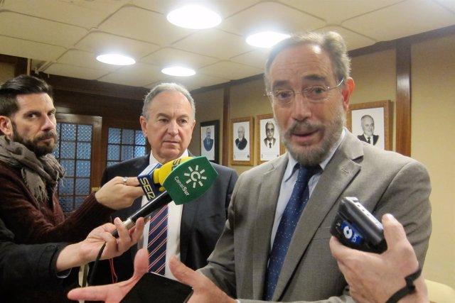 El consejero de Fomento, Felipe López, atiende a los periodistas.