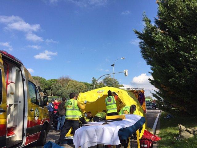 Efectivos del Samur atienden al menor herido tras ser atropellado en Barajas