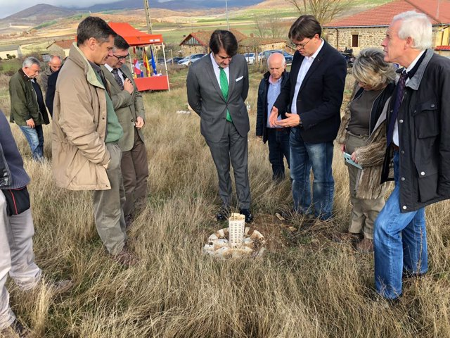 Suárez Quiñones (C) visita el proyecto de Matamorisca