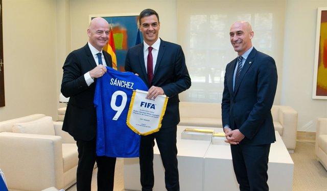 Pedro Sánchez con los presidentes de la FIFA, Infantino, y RFEF, Luis Rubiales