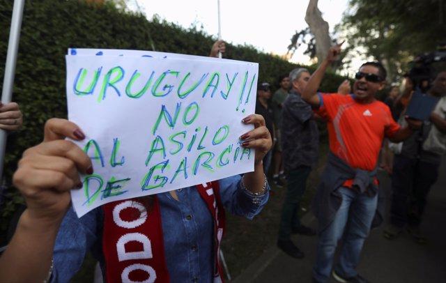 Protestas contra la petición de asilo de Alan García