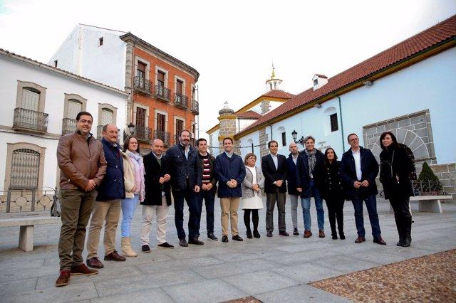 Teodoro García Egea con representantes del PP en Villanueva de Córdoba