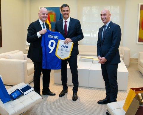 Pedro Sánchez amb els presidents de la FIFA, Infantino, i RFEF, Luis Rubiales