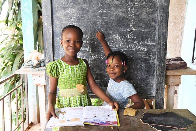Dos hermanas en una escuela en Costa de Marfil