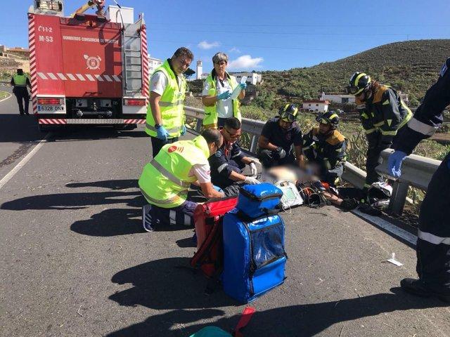 Los recursos de emergencia asisten al motorista siniestrado
