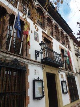 Banderas a media asta en el Ayuntamiento de Jódar por los fallecidos.