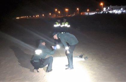 Hallados dos cadáveres de migrantes en dos playas de Cádiz y los restos de una embarcación