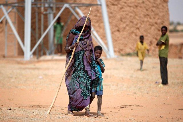 Una mujer y su hijo en Malí