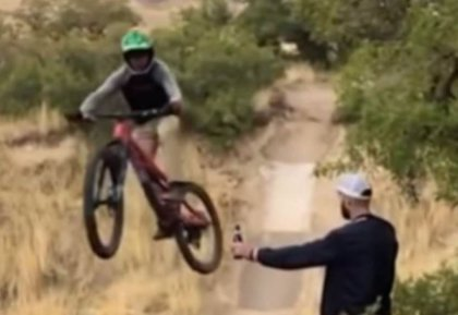 ¿Por qué es tan viral el vídeo de una moto y una botella y por qué recomiendan no verlo?