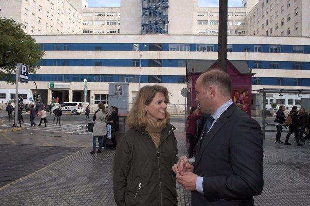 Ana Mestre y Juancho Ortiz frente al hospital de Cádiz