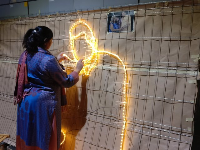 Confecció de les llums nadalenques del Raval del 2018