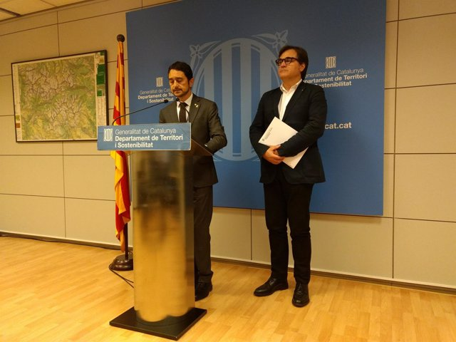 El conseller Damià Calvet y el secretario de Hábitat Urbano Agustí Serra