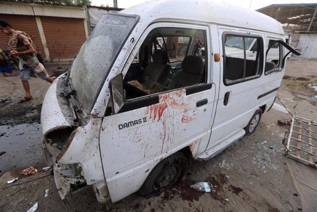 Destrozos tras un ataque cerca del hospital de Al Thawra en Hodeida (Yemen)