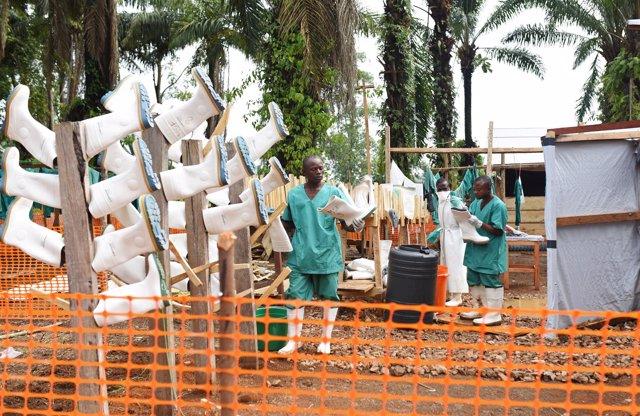 Trabajadores en el centro de tratamiento contra el ébola en Mangina