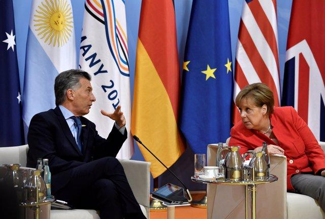 Argentinia's President Mauricio Macri and German Chancellor Angela Merkel talk a