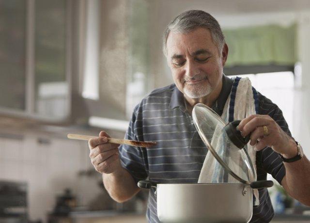 Hombre comer, cocinar