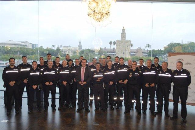 Cabrera con los agentes homenajeados
