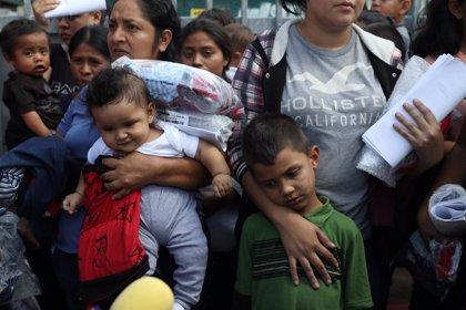 Cientos de migrantes abandonan el albergue fronterizo para acampar junto a un puesto de control de EEUU