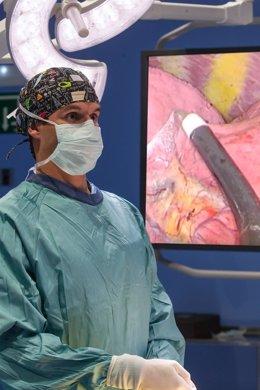 Dr. Miguel Mesa, cirujano torácico de la Clínica, durante una videotoracoscopia