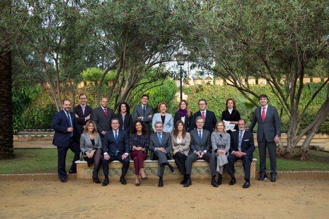 El recién elegido decano, Óscar Cisneros, y su Junta de Gobierno