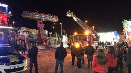 Veinte personas quedan atrapadas a ocho metros de altura en una atracción de feria que sufrió un fallo mecánico en Elche