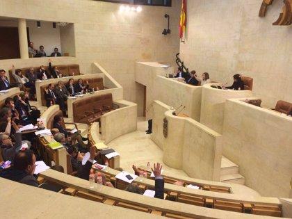 El Pleno del Parlamento debate este lunes las enmiendas a la totalidad de PP y Podemos