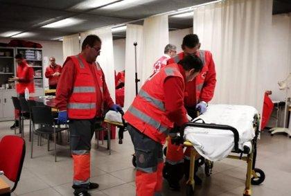 Trasladados al hospital los 13 rescatados tras cuatro días en una patera en el mar de Alborán